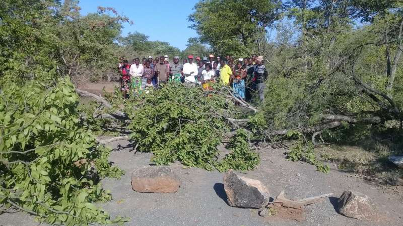 Community roadblock in Angoal